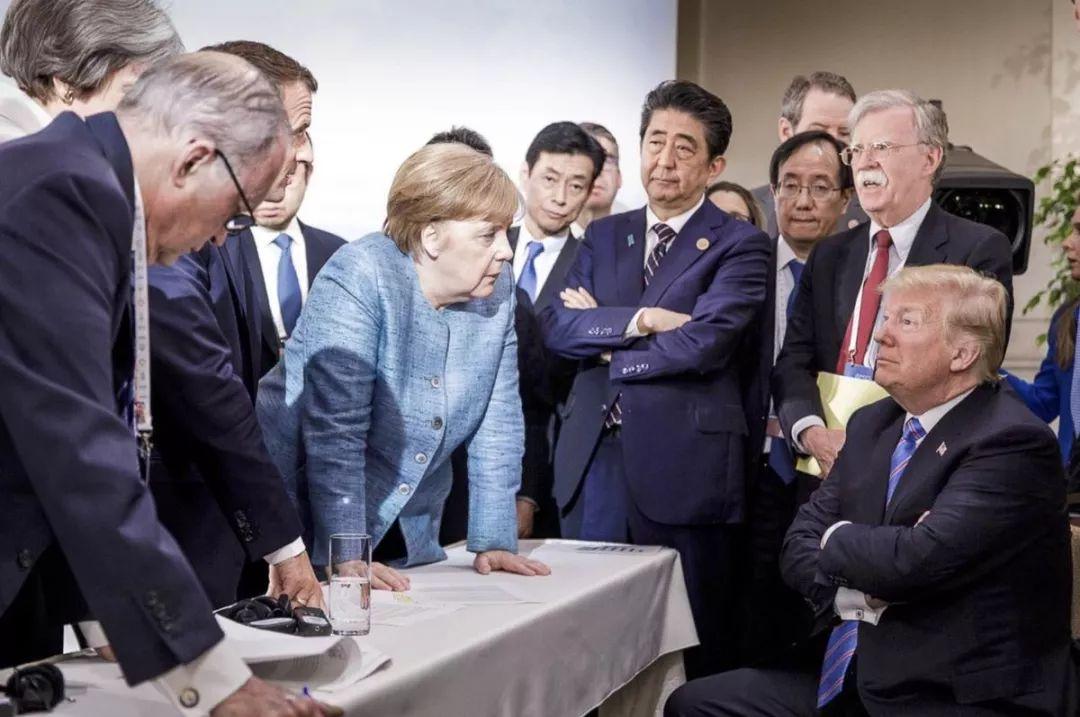 """赵萌:""""围攻""""特朗普的图片里,还有两个""""特殊""""人物"""
