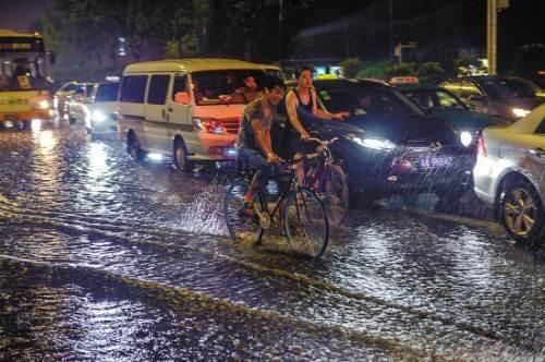 暴雨天气开车用开双闪吗 暴雨天气怎么使用灯光