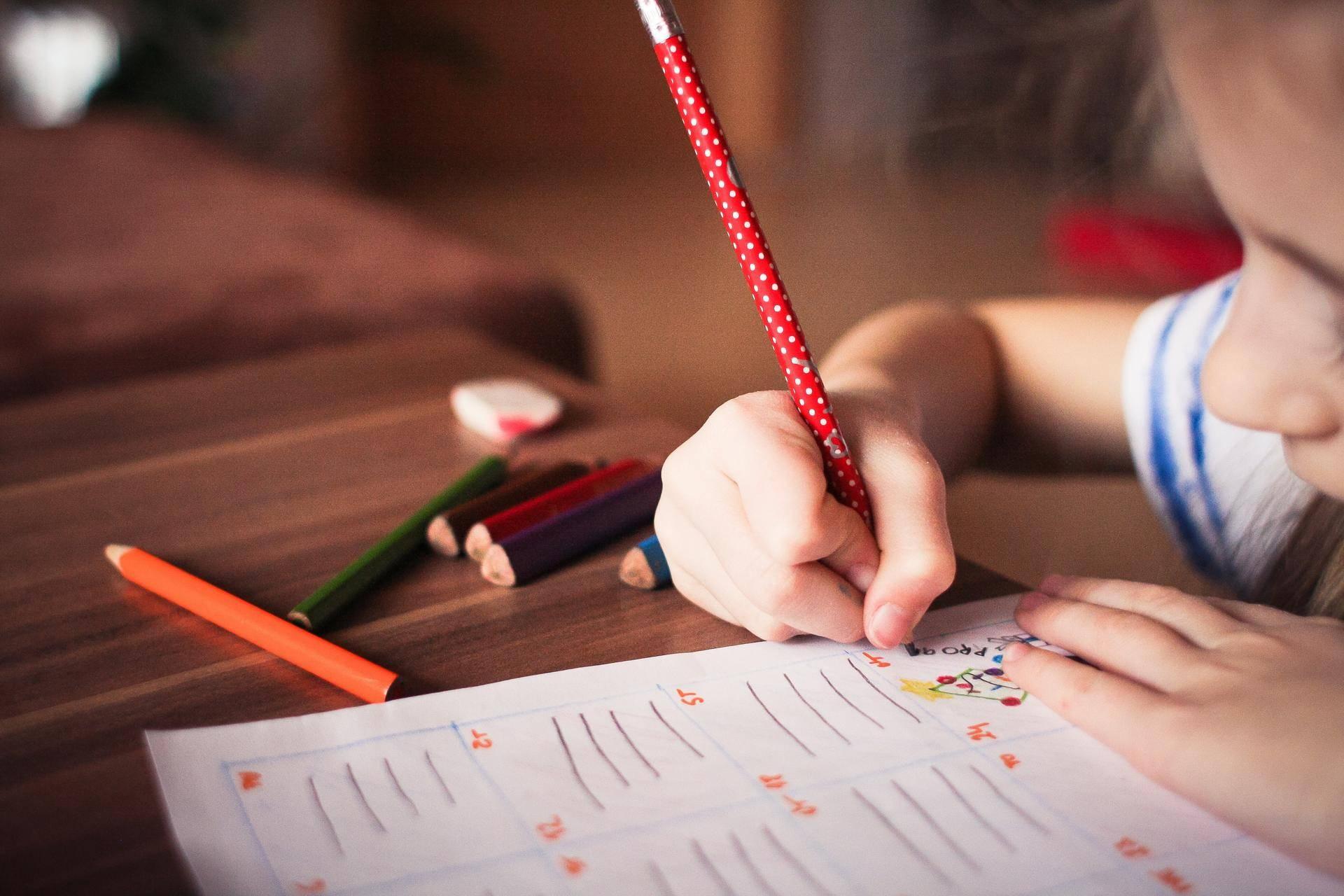 小孩写作业