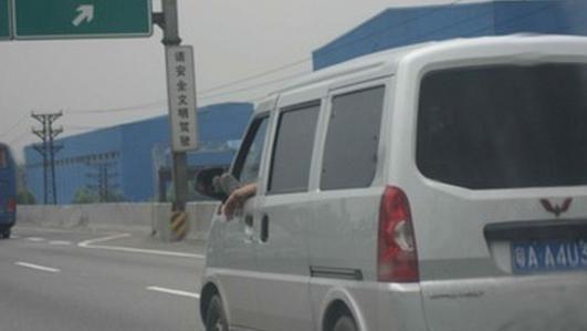 也是把手伸出车窗外