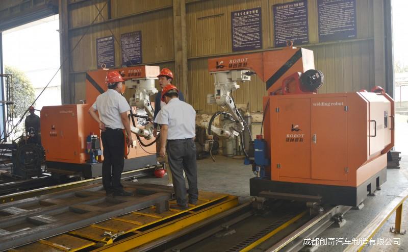 领导参观自动焊接机器人.jpg