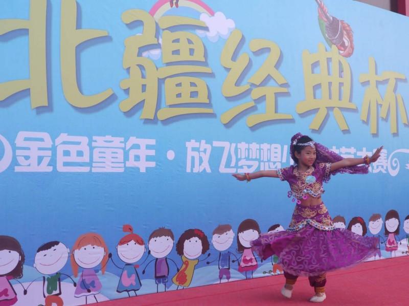 小孩唱歌跳舞简笔画