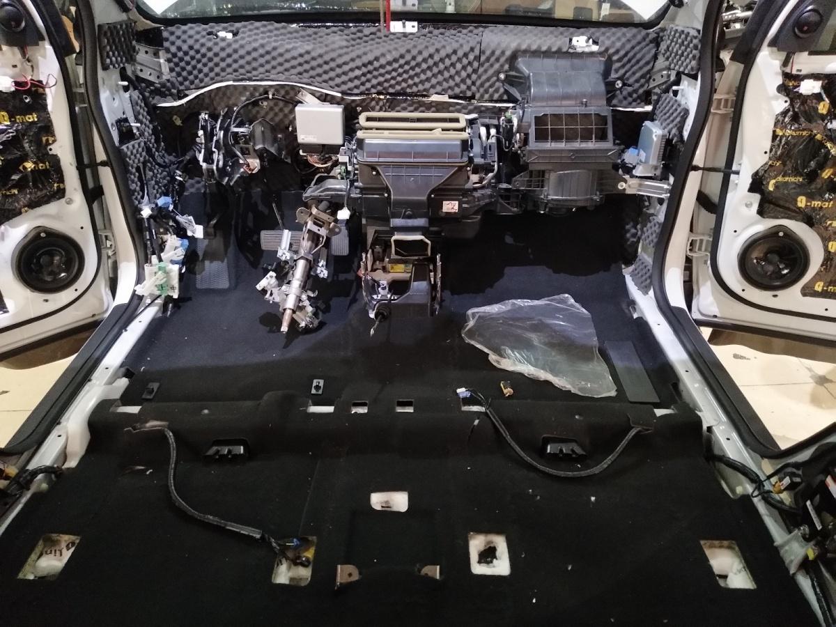 今天我们来讲本田CRV做全车隔音,车子上一直存在着异味,而且由于日系车的铁皮薄,容易产生低频振动,共鸣后噪音很是烦人。加上车主是一个追求极致的人,容不得自己的爱车不够舒适安静,所以我们为其做了全车隔音,下面就是安装的过程。(强行增加一则广告:东莞杰生汽车音响有着20年的汽车隔音降噪、汽车音响方面的经验) 四门隔音 四门做的是两层隔音,第一层减少门板的低频振动;第二层在减少振动的同时,让门板密闭性更好,形成一个利于喇叭工作的箱体;  第二层在减少振动的同时,让门板密闭性更好,形成一个利于喇叭工作的箱体;