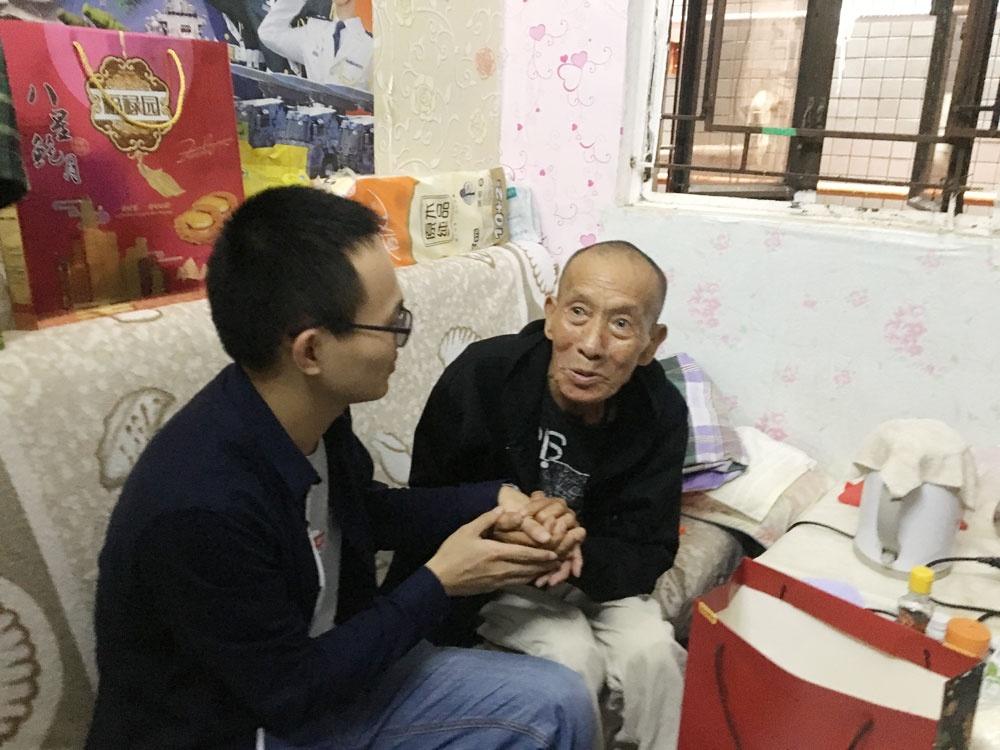 工会同事询问老人的生活和身体健康状况.jpg