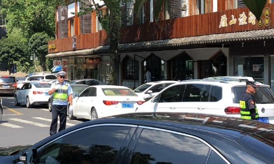 温州街头假日风景:这段路,他一天来回上百趟