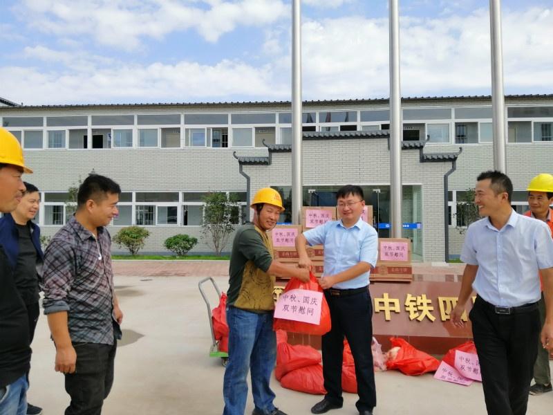 """zhengzhouditie6haoxian01biaoxiangmubu""""zhongqiu""""、""""guoqing""""shuangjieweiwenxiezuoduiwu,songquyuebing、zhuroudengweiwenpin。(qianxuesen).jpg"""