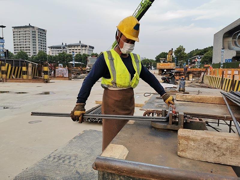 杭州地铁3号线7标钢筋加工厂,工人正在进行主体结构钢筋加工作业.jpg