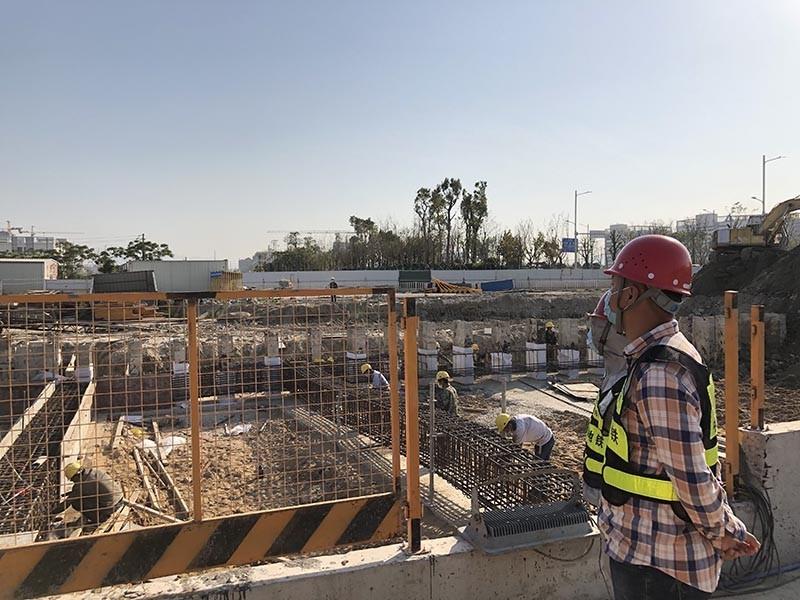 福海路地下配套工程目大数据站,技术人员正顶着骄阳开展钢支撑施工旁站监督.JPG