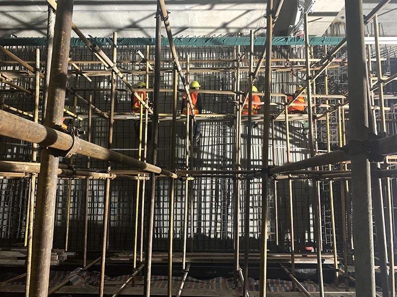 """郑州地铁4号线10标星火路站施工现场,数名架子工正在有序架设脚手架,他们穿梭于钢管之中,犹如在上演一支""""工地钢管舞""""。.JPG"""