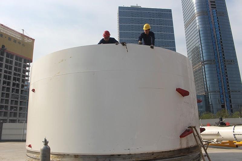 杭州机场快线2标二分部,工作人员正在进行盾构机下井前的组装.JPG