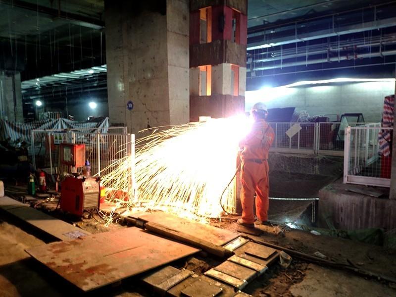 合肥地铁5号线4标祁门路站,工人正在进行格构柱切割焊接作业.jpg
