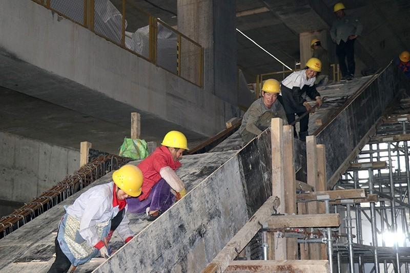 杭富城际铁路3标中村站,数名工人正在进行车站内部结构楼梯施工,全力做好主体工程收尾工作.JPG