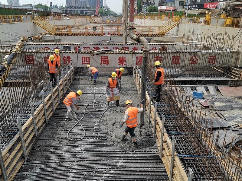 南昌地铁4号线2标灌婴路站,数十名工人正在进行最后一块顶板浇筑混凝土浇筑,两座车站主体结构全部完成 .jpg