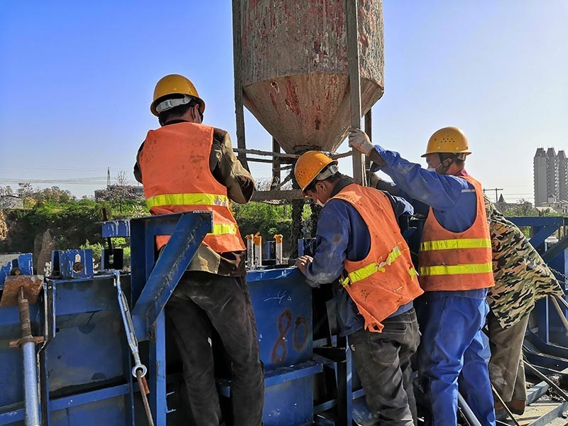 郑州地铁6号线1标贾湿区间高架桥施工现场,数名工人正在进行桥梁防护栏杆混凝土浇筑 .jpg