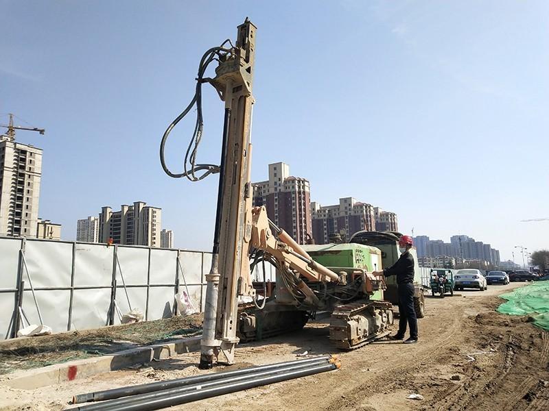 青岛地铁6号线7工区淮河西路站,工人正在进行装配式车站钢管桩施工.jpg