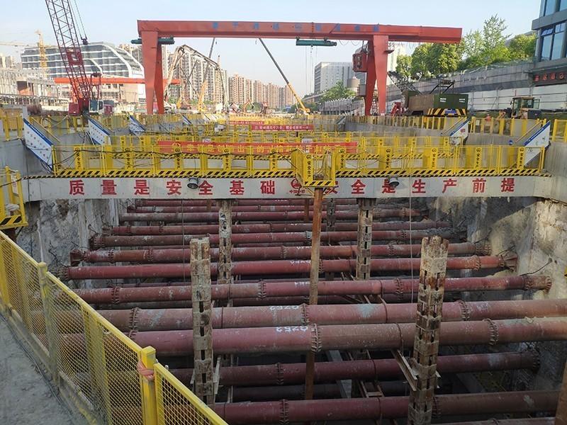 杭州地铁6号线15标火车东站,超深基坑群A区第一块底板正在如火如荼的浇筑.jpg