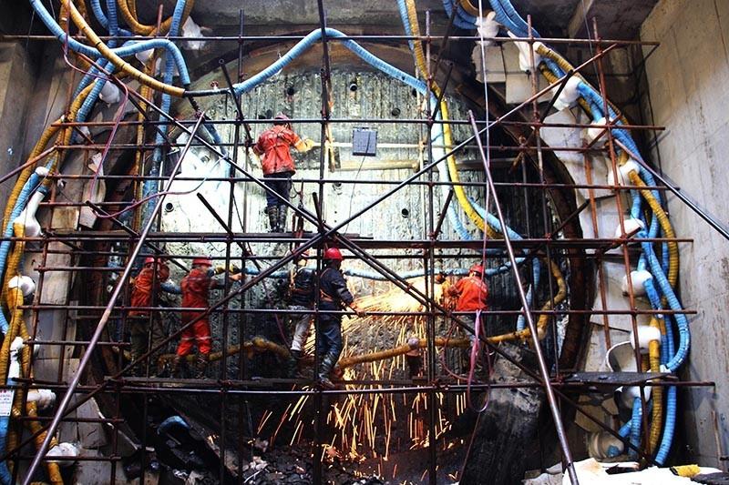 上海地铁18号线9标芳芯路站,工人正在拔除冻结管,为盾构接收做准备.JPG