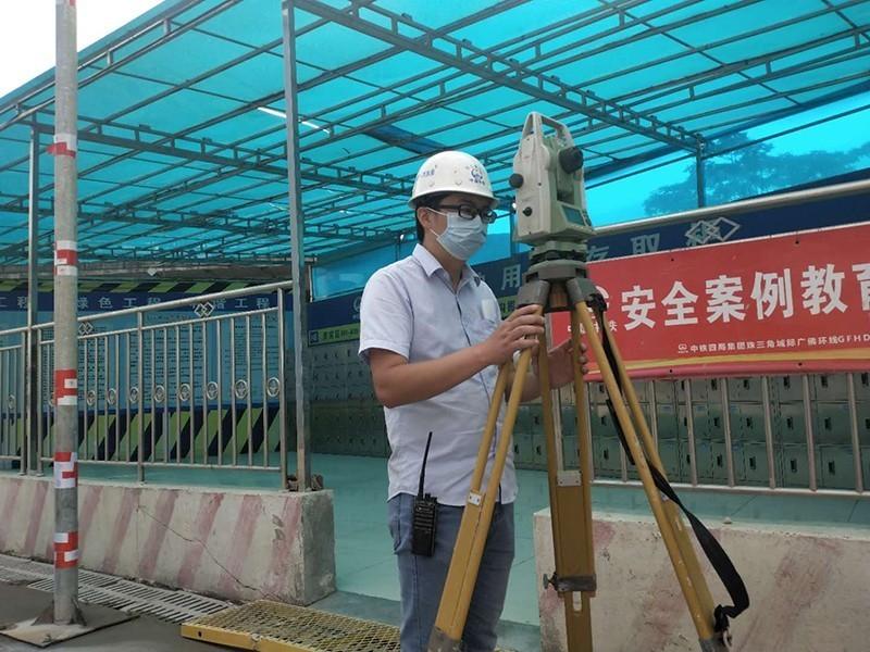 广佛环线1标项目,技术人员顶着骄阳正在进行平面高程复测.jpg