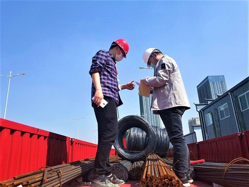 苏州地铁S1-15标技术人员顶着骄阳验收进场钢筋,把控原材料质量,确保工程质量.jpg