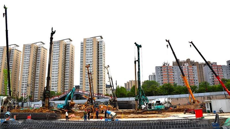 西安地铁9号线2标纺织城工程起点至纺织城区间,数十台机械正在进行结构围护桩施工.jpg