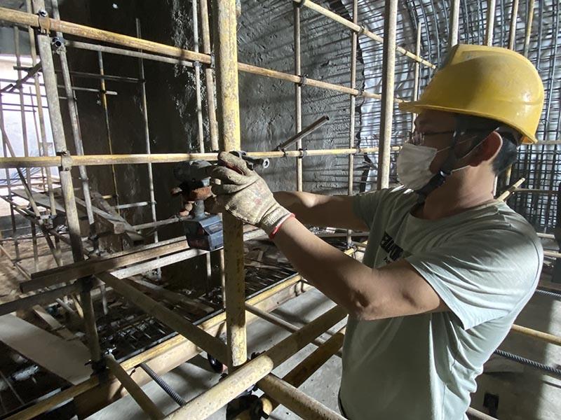 郑州市政控制性节点工程10标绿城广场站,工人正在进行出入口暗挖侧墙及拱顶支架搭设,认真拧好每一刻螺丝的样子真美.jpg