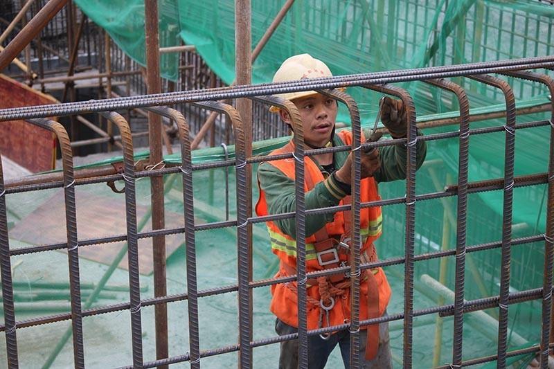 成都地铁8号线5标双桥路站出入口,工人在进行竖墙钢筋绑扎施工.jpg