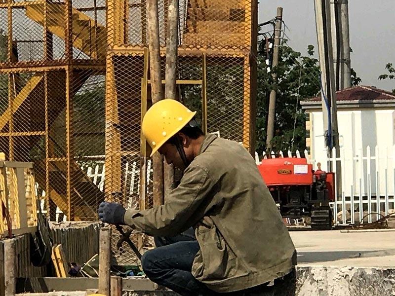 苏州地铁5号线2标木渎南站,工人正紧张有序进行模板加固施工.jpg