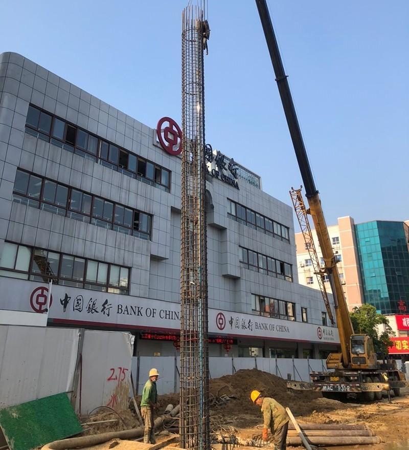 南昌地铁3号线7标火炬广场二号出入口,作业人员正在进行附属围护结构施工.jpg