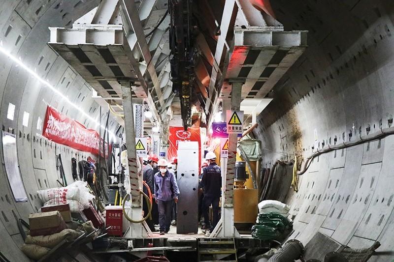 杭州地铁7号线2标建耕区间盾构施工现场,施工管理和技术人员正紧张有序地进行盾构掘进作业.jpg