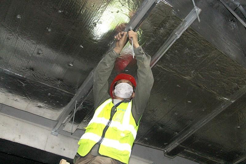 福州地铁1号线二期二标梁厝站,工人正在安装吊顶龙骨,全力做好附属结构施工  .JPG