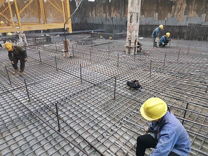 苏州地铁5 号线4标长江路站出入口,工人正在紧张有序进行底板钢筋绑扎作业.jpg