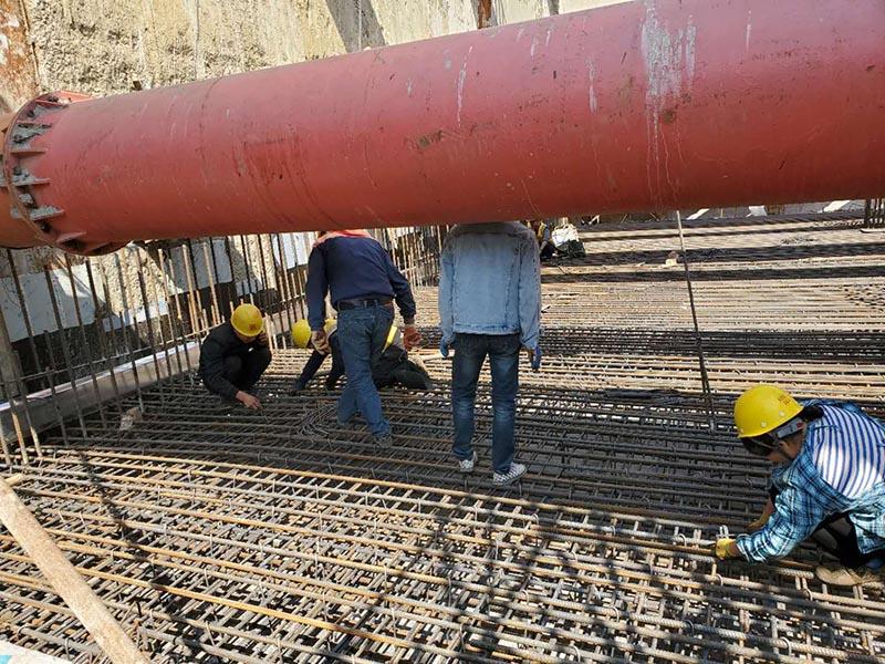 苏州地铁6号线1标新区火车站,工人正在进行中板钢筋绑扎作业.jpg