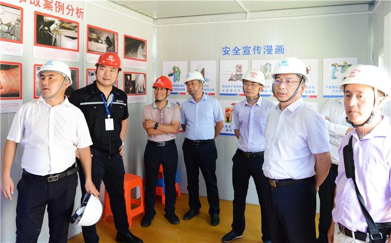 公司总经理汤恕(右二)等察看VR体验馆等安全设施.jpg