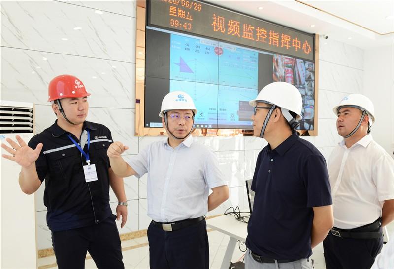 公司总经理汤恕察看盾构监测指挥中心.jpg