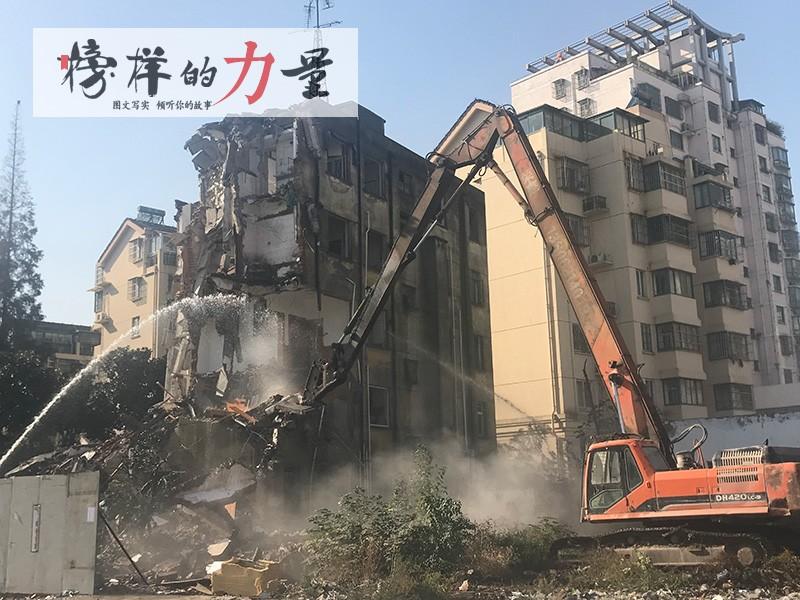 征收11月23日朝阳西路危房拆除.jpg