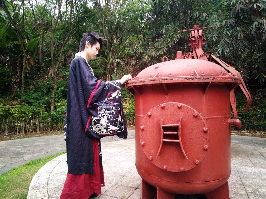 03传统文化秀一等奖作品 动漫1851班 潘韦延 汉服展示.jpg