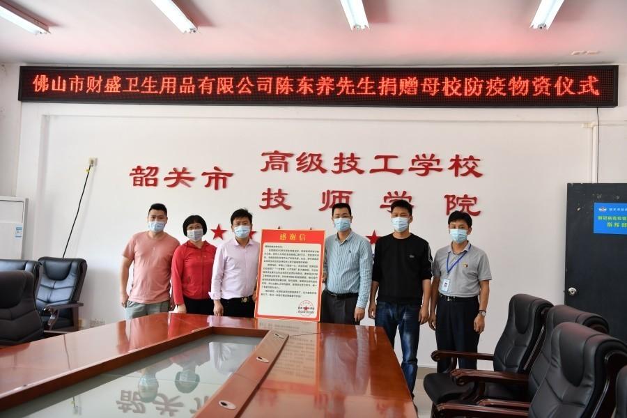 我院副院长周亮代表学院向陈东养先生表达谢意和敬意.JPG