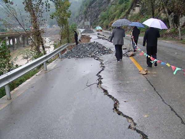 国省干线多处路段出现塌方.jpg