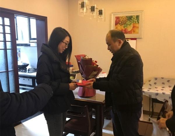 (二三段之间)张永红将慰问金送到困难职工手中.jpg