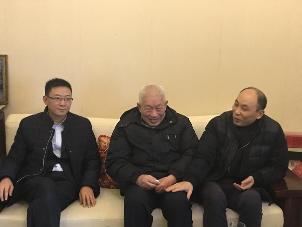 (三四段之间靠前)张永红为老人带去新春祝福.JPG