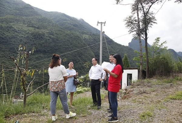李卫东向瓦房村书记(左一)、恒登公司负责人(左二)了解生态农业体验园情况.JPG