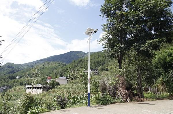 安裝在村民回家路上的路燈.JPG