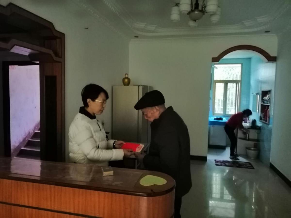 中国人寿衡东支公司年前走访慰问 老同志和困难党员