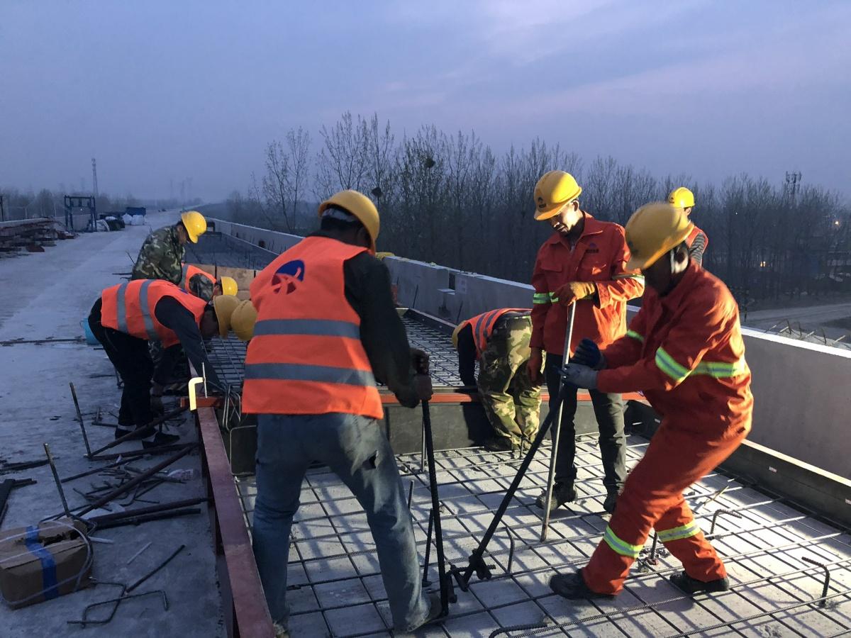 我公司在中铁上海工程局进行专业化施工及专业化精调服务