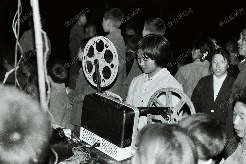 黃俊英-1978年攝于潛山縣 黃柏區槎水公社樂明 村.一臺16mm放映機,一個女放映員,放映的黑白膠片電影,是當時農村唯一的文化生活,頗受歡迎..jpg