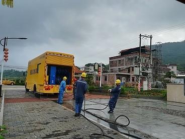 500千瓦发电车正在接入螺溪镇大陂村变压器.jpg