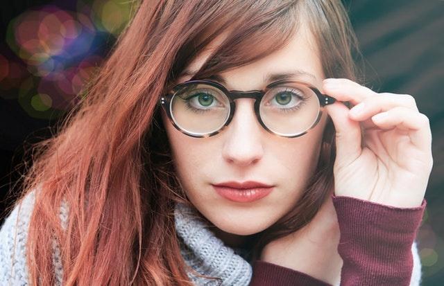 眼镜店里,如何判断镜片质量的好坏?