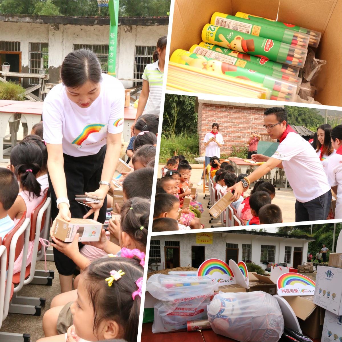 图9 志愿者给孩子们发放礼品.jpg