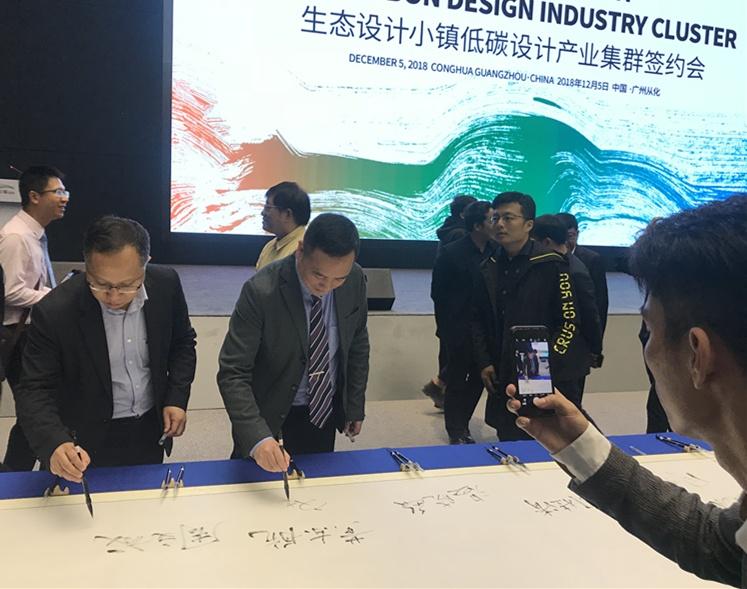 杭州骑客创始人应佳伟在卷轴上签名