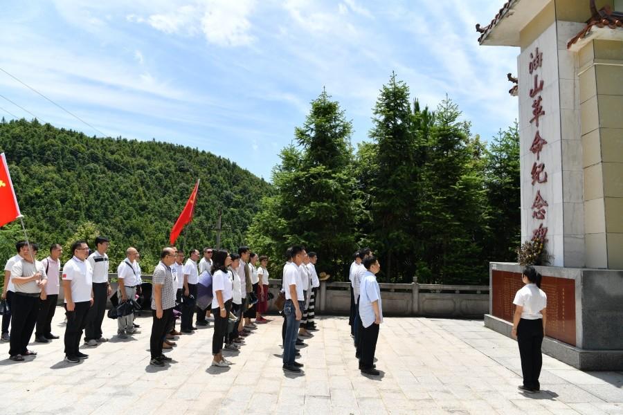 瞻仰油山革命纪念碑.JPG